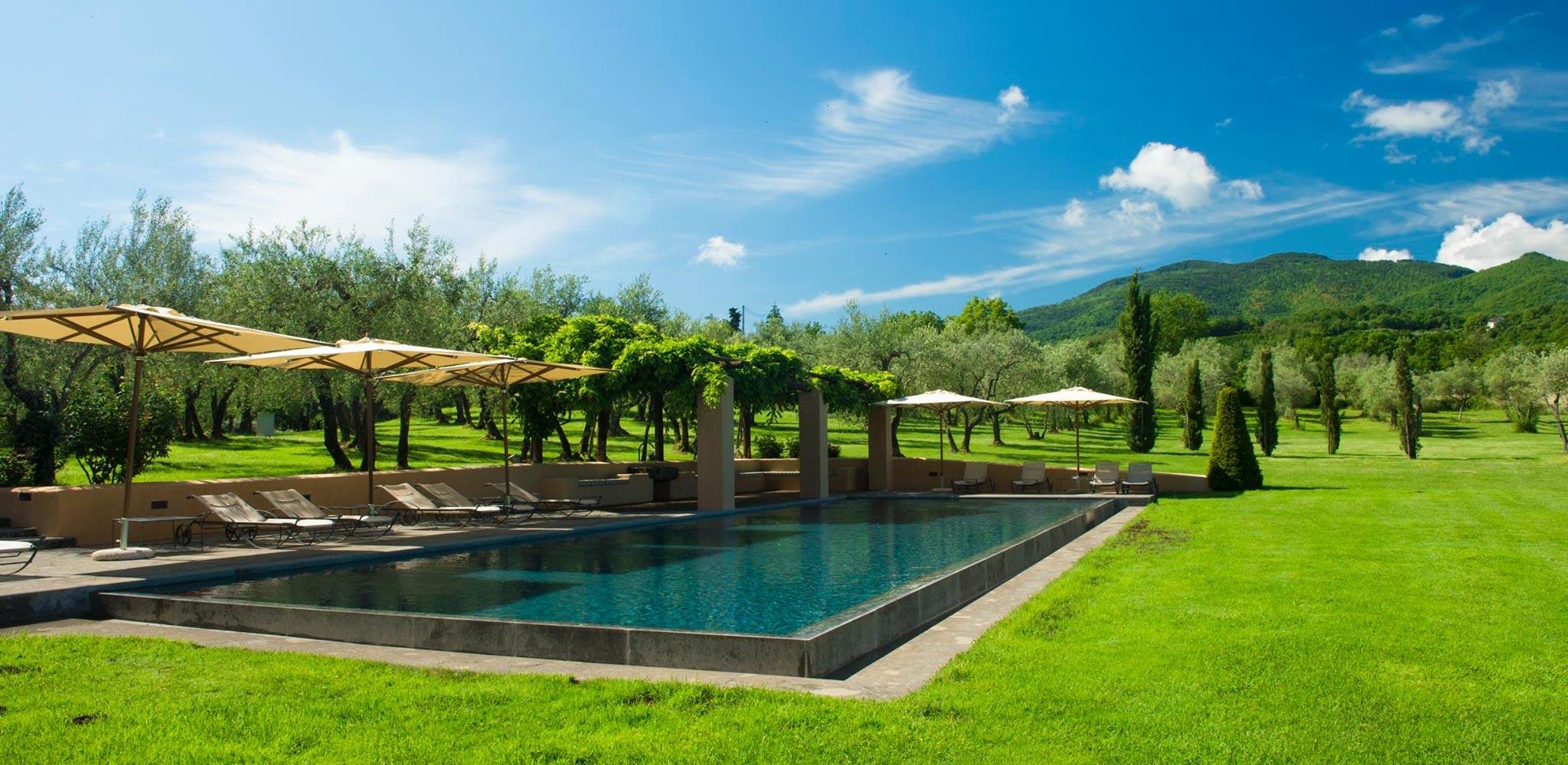 piscina della tenuta con paesaggio collinare