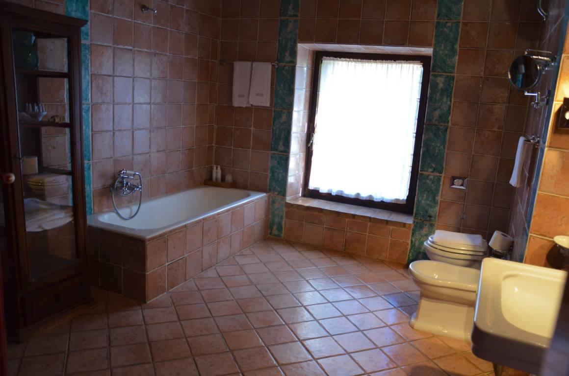 bagno con vasca e finestra