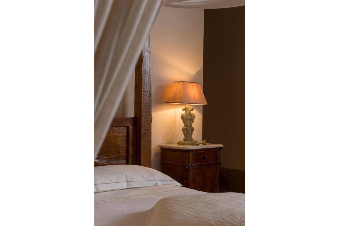 lampada accanto al letto