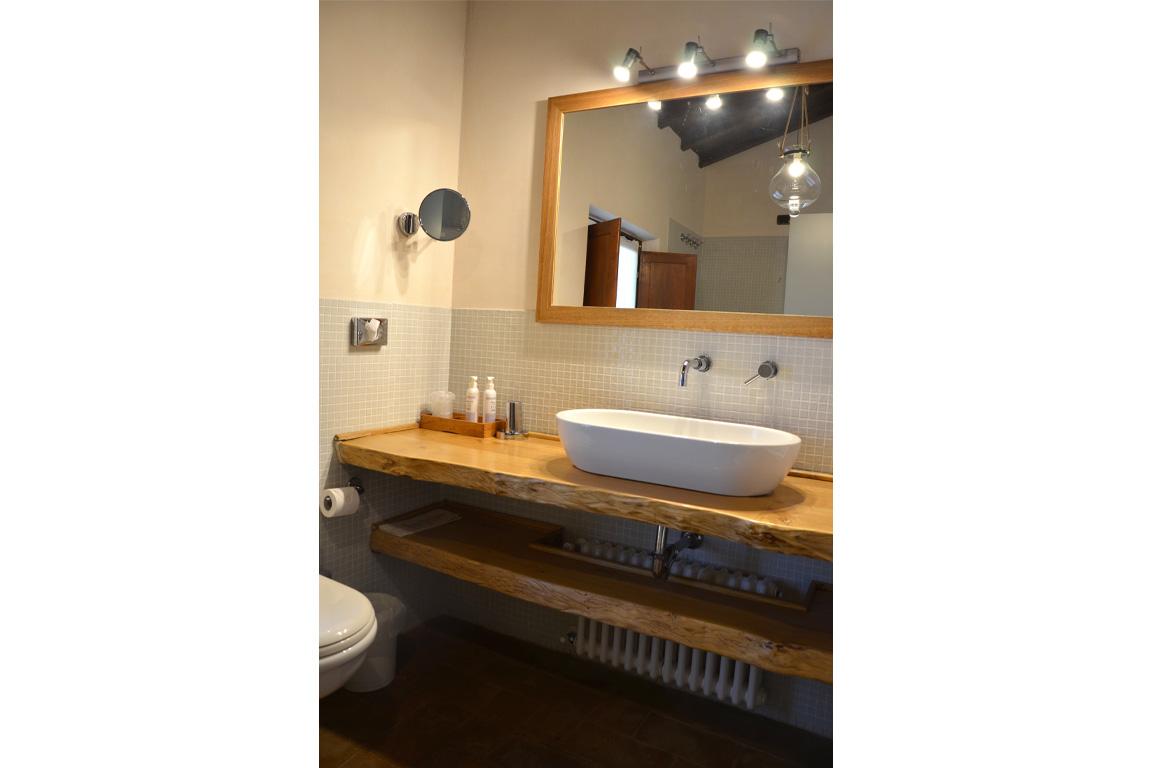 bagno con lavandino e specchio