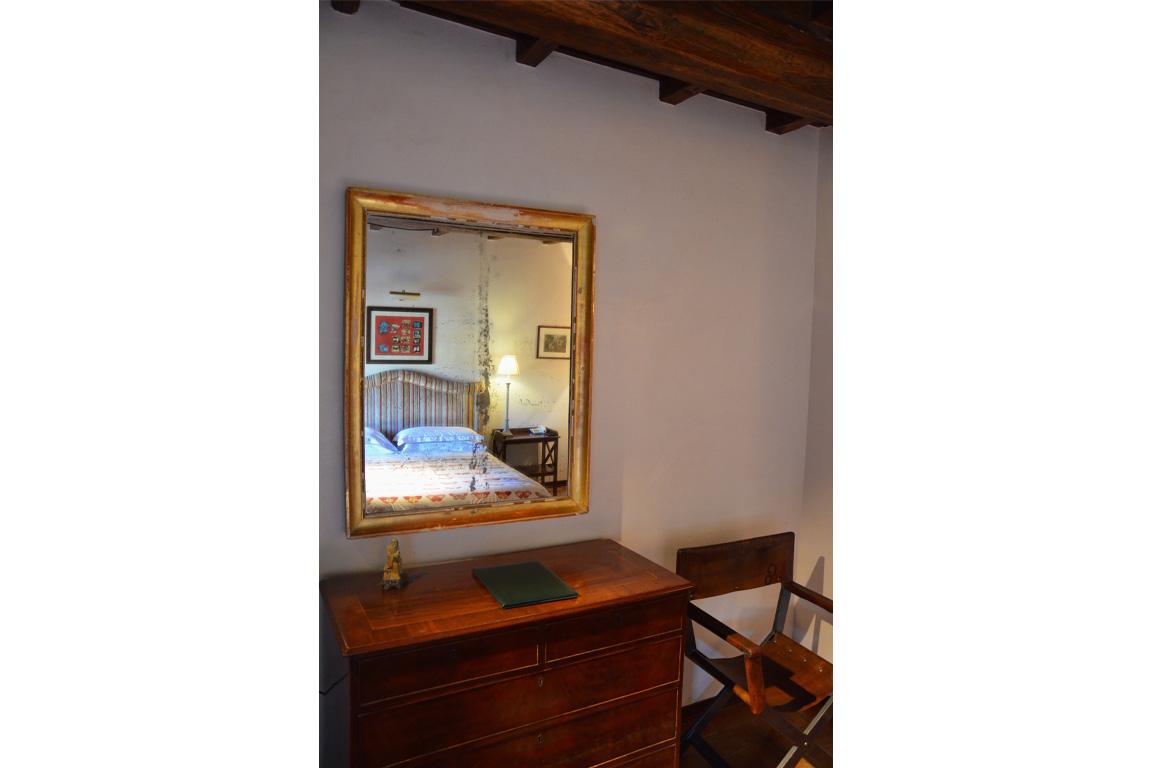 specchio con sedia e tavolino
